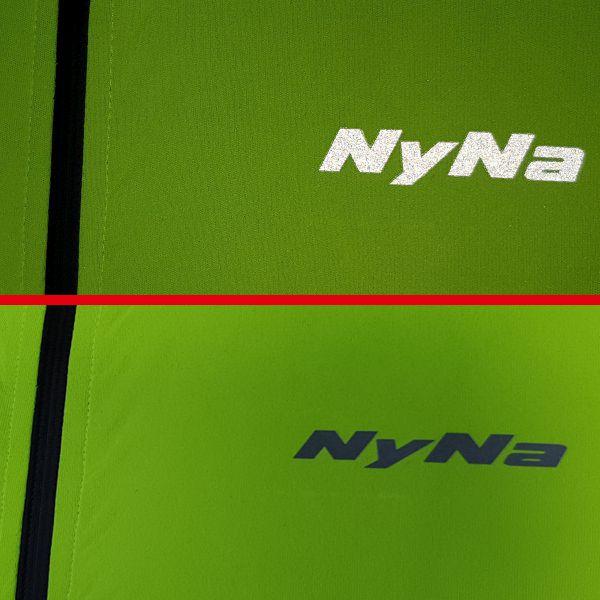 Reflexné logo NyNa na prednej časti bundy